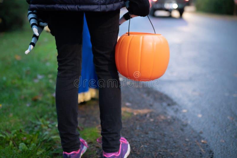 Kinder mit Halloween-Kürbiskörben lizenzfreie stockfotos
