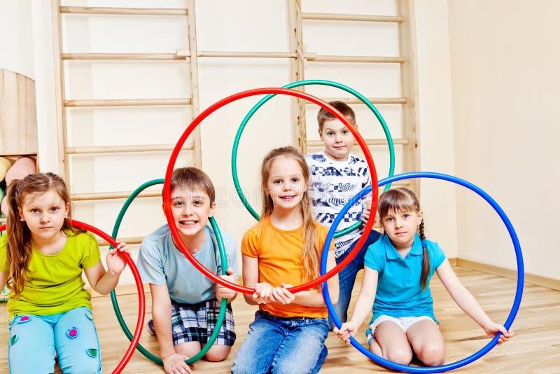 Kinder mit hula Bändern lizenzfreies stockbild