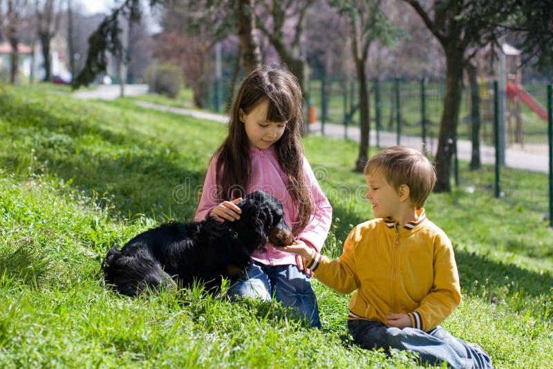 Kinder mit Hund stockfoto