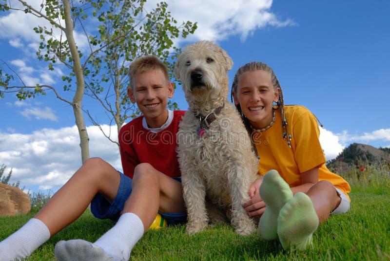 Kinder mit Hund stockbilder