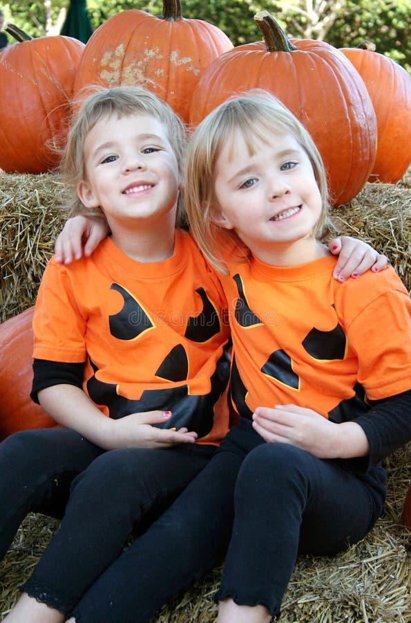 Kinder mit Kürbis-Hemden stockbilder