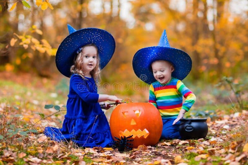 Kinder mit Kürbisen auf Halloween stockfotos