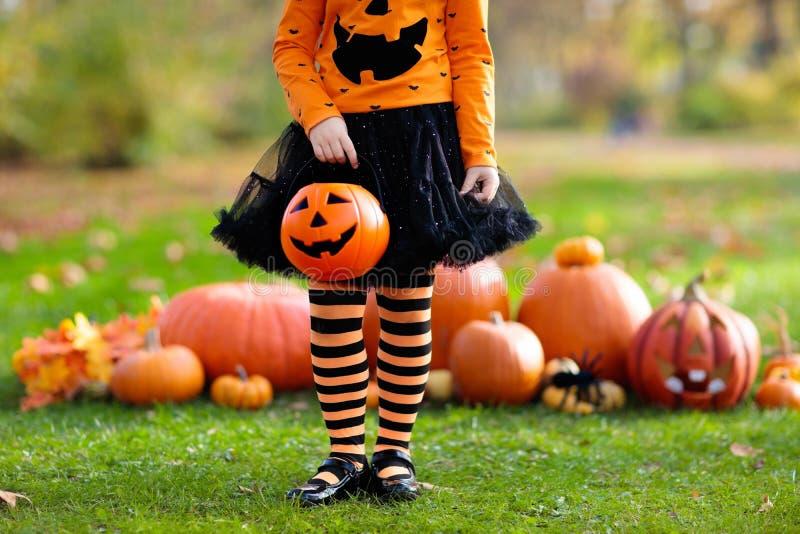 Kinder mit Kürbisen in Halloween-Kostümen stockbild