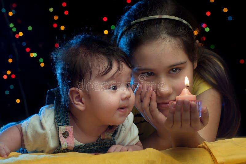 Kinder mit Kerze lizenzfreie stockfotos