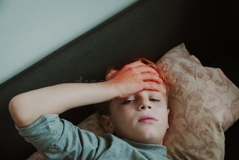 Kinder mit Kopfschmerzen, Schmerzkonzept, Virus oder Infektion, Kinder mit Fieber lizenzfreie stockfotos