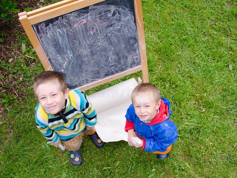 Kinder mit Kreiden lizenzfreie stockbilder