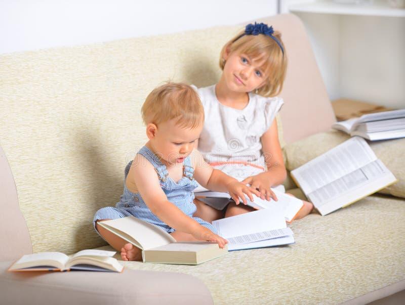 Kinder mit Los Büchern lizenzfreie stockfotografie