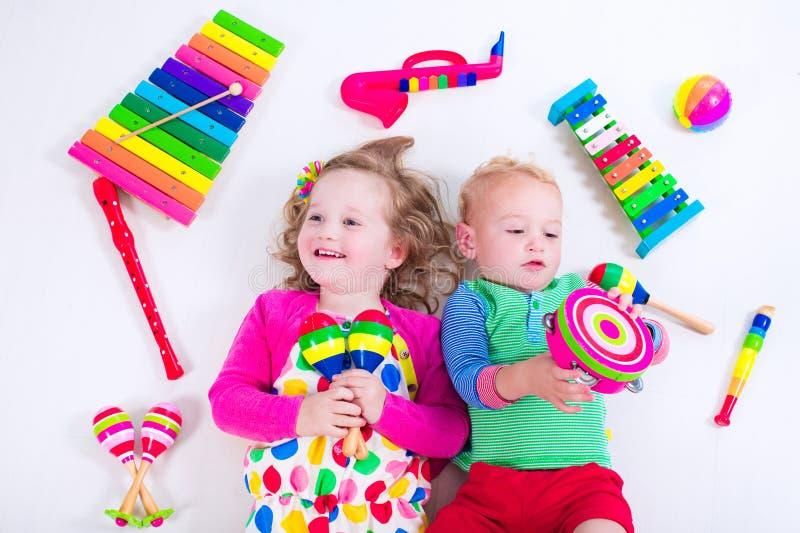Kinder mit Musikinstrumenten stockfotos