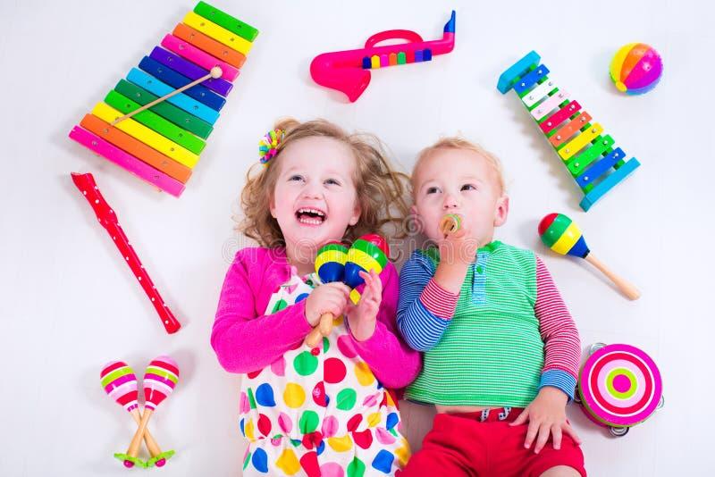 Kinder mit Musikinstrumenten stockbilder