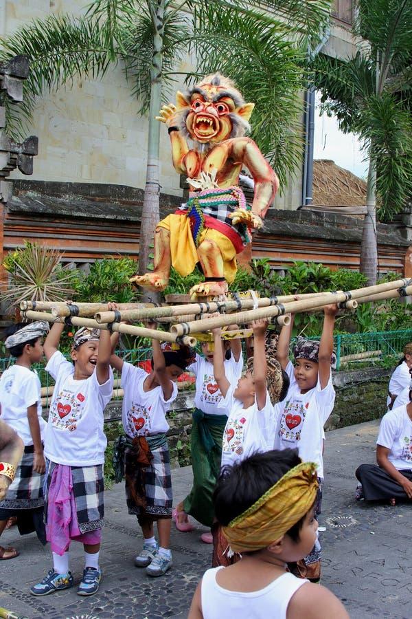 Kinder mit ogoh ogoh Teufelpuppe an Nyepi-Festival in Bali lizenzfreie stockfotografie