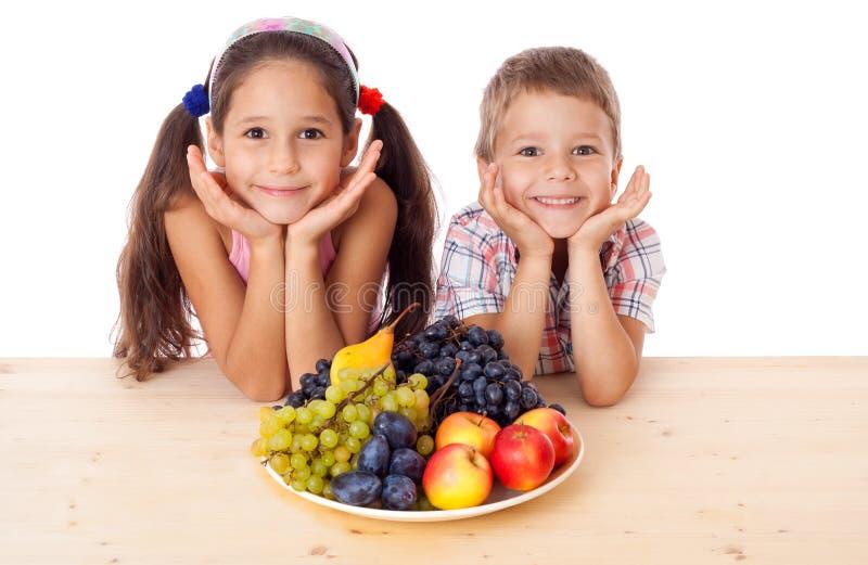 Kinder mit Platte der Frucht stockbild