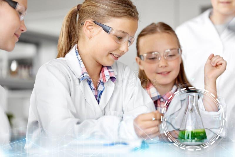 Kinder mit Reagenzglas Chemie in der Schule studierend lizenzfreie stockfotografie