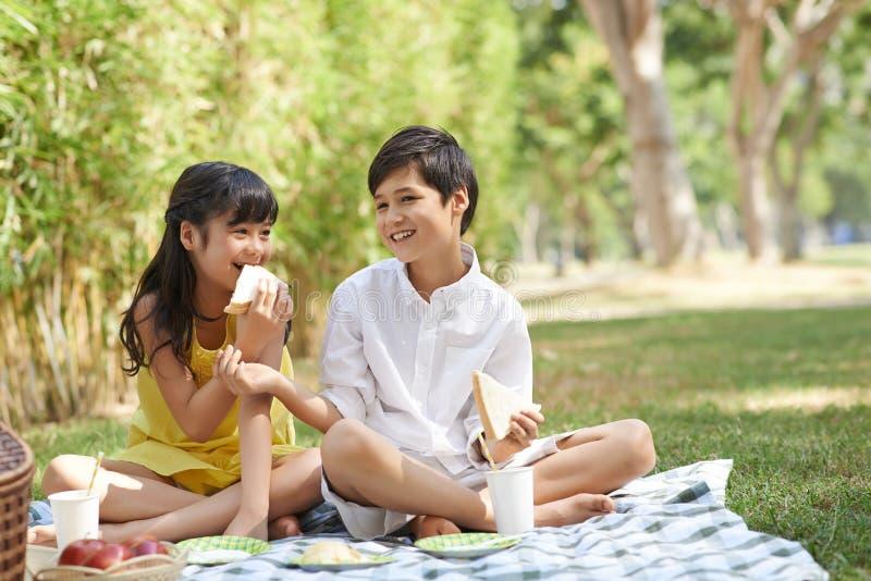Kinder mit Sandwichen stockbilder