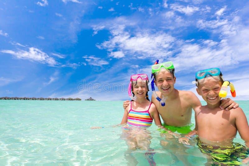Kinder mit Snorkels im Meer lizenzfreie stockfotos