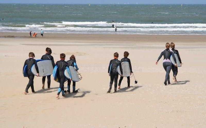 Kinder mit Surfbrettern lizenzfreie stockfotografie