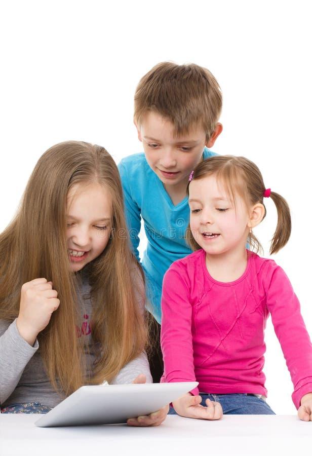 Kinder mit Tablette lizenzfreie stockfotografie