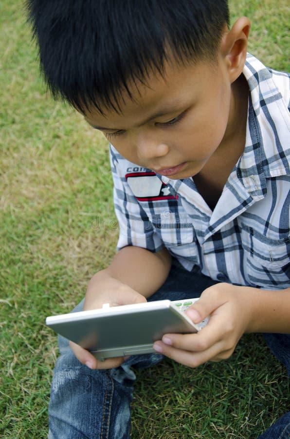 Kinder mit Technologie lizenzfreies stockbild