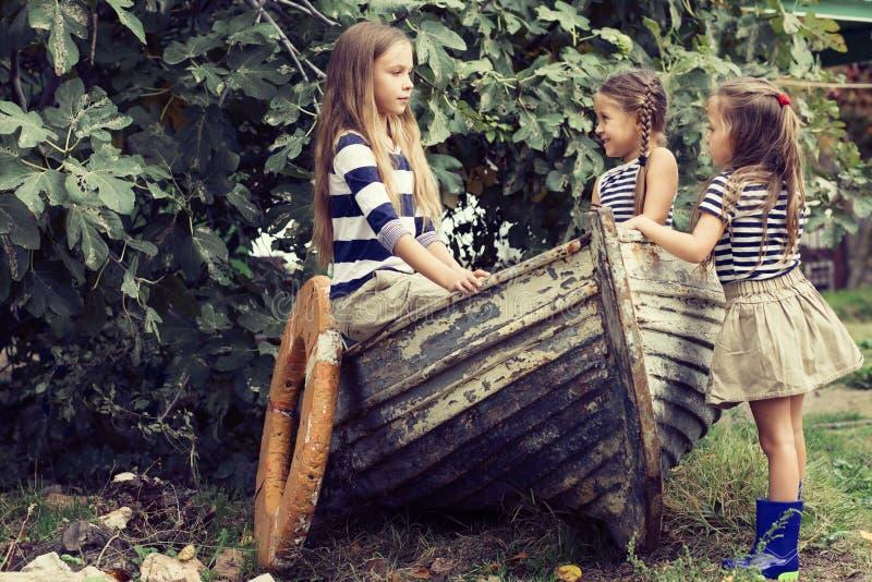 Kinder mit Vorstand lizenzfreie stockfotografie