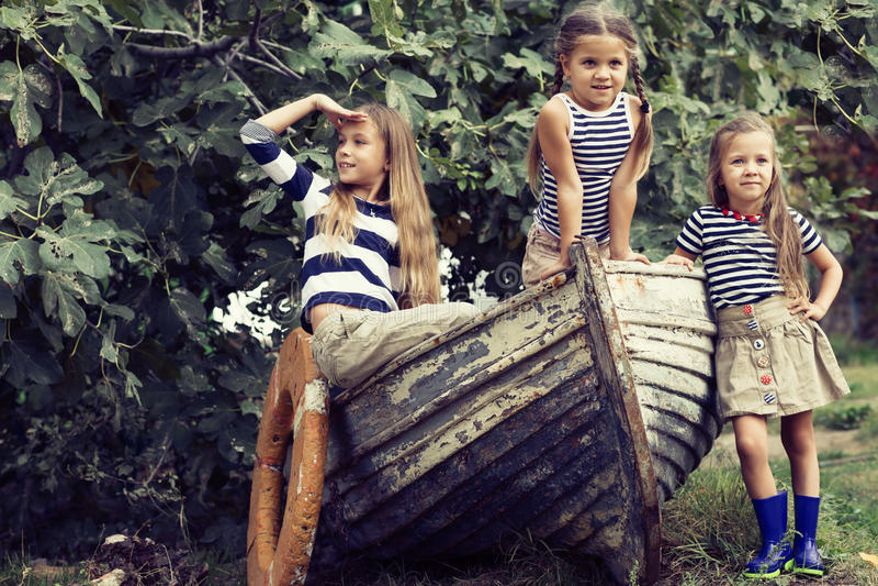 Kinder mit Vorstand lizenzfreie stockfotos
