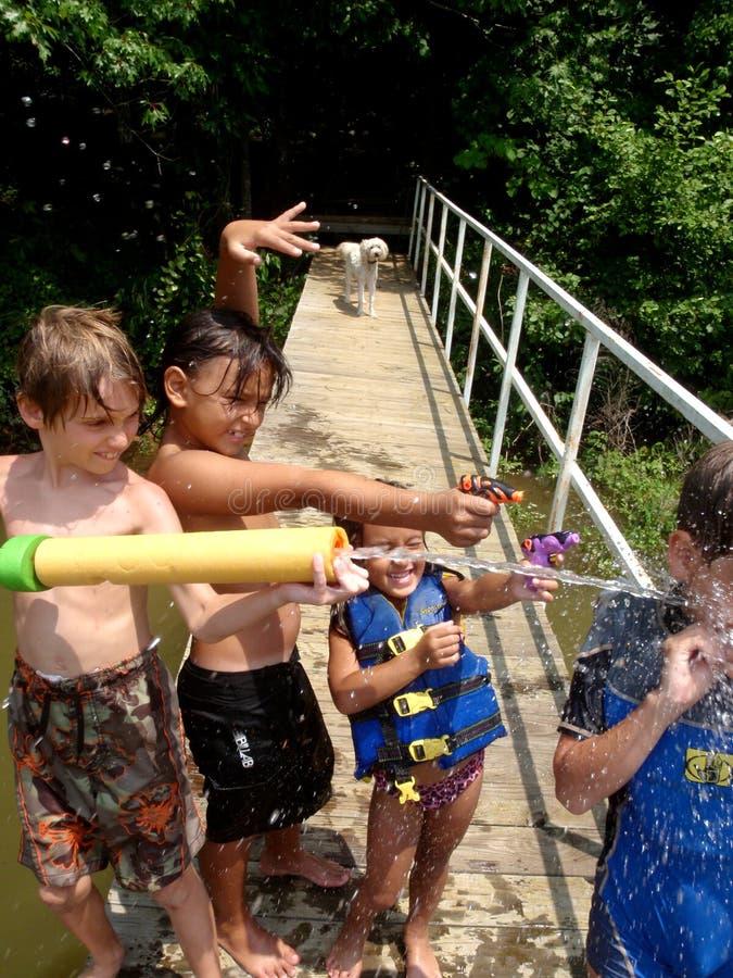 Kinder mit Wassergewehren lizenzfreies stockbild