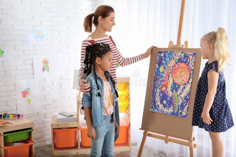 Kinder mit weiblichem Lehrer stockfotos
