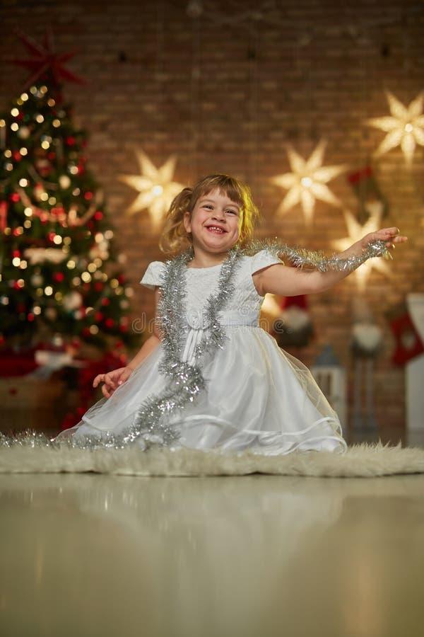Kinder mit Weihnachtsbaum lizenzfreies stockbild