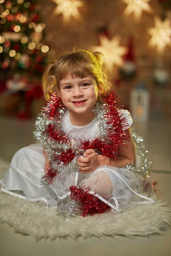 Kinder mit Weihnachtsbaum stockfotos
