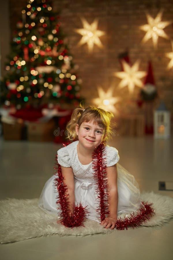 Kinder mit Weihnachtsbaum stockbild