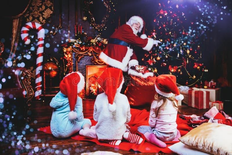 Kinder mit Weihnachtsmann lizenzfreies stockbild