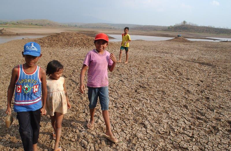 Kinder nahe dem Stausee Dawuhan, Wonoasri, Madiun lizenzfreies stockfoto