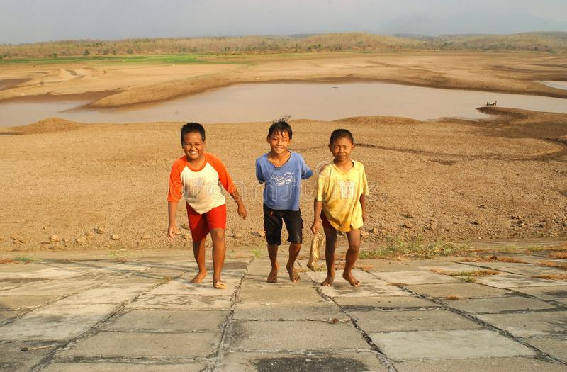 Kinder nahe dem Stausee Dawuhan, Wonoasri, Madiun stockbild