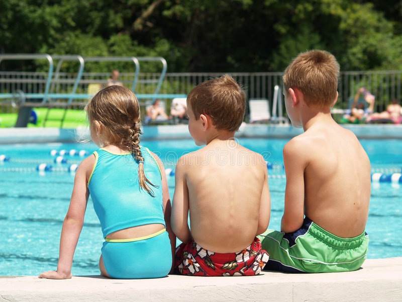 Kinder am Rand des Pools lizenzfreie stockfotografie