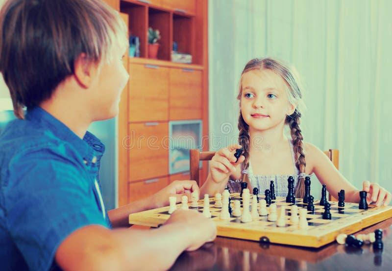 Kinder am Schachbrett zuhause lizenzfreie stockfotografie