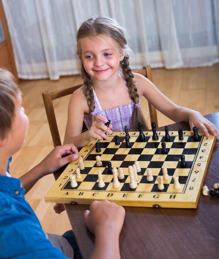 Kinder am Schachbrett zuhause lizenzfreies stockbild