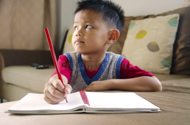 Kinder schreiben stockfoto
