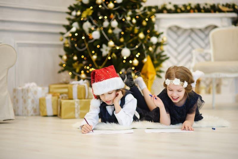 Kinder schreiben Santa Claus Briefe lizenzfreie stockfotografie