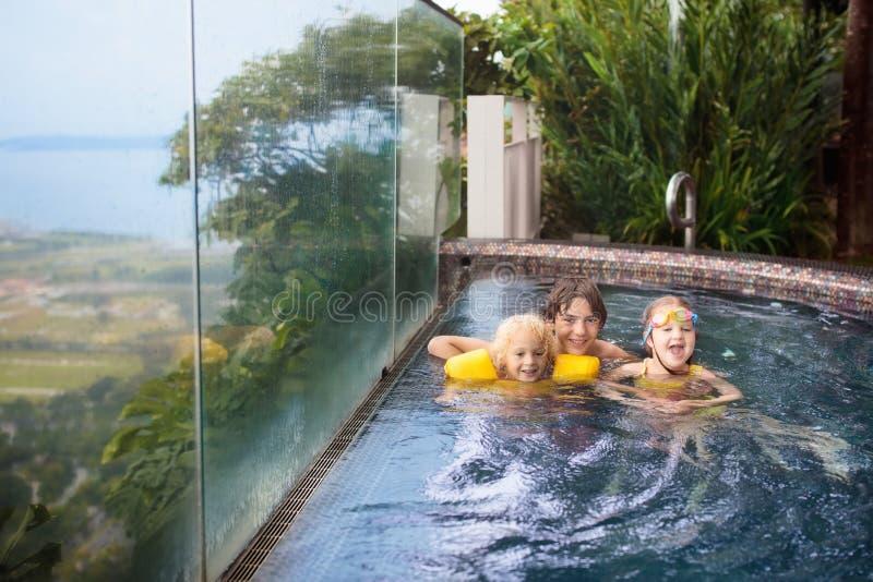 Kinder schwimmen im Singapur-Dachspitzen-Swimmingpool stockbild