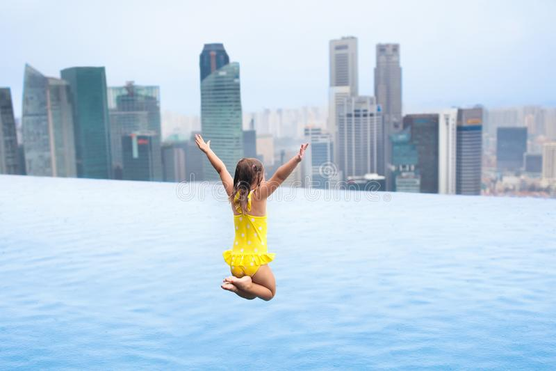 Kinder schwimmen im Singapur-Dachspitzen-Swimmingpool lizenzfreies stockbild