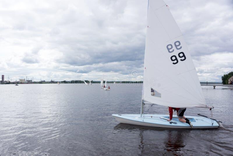 Kinder, segelnd in die Highschool Segeln Meisterschaften neu stockfotos