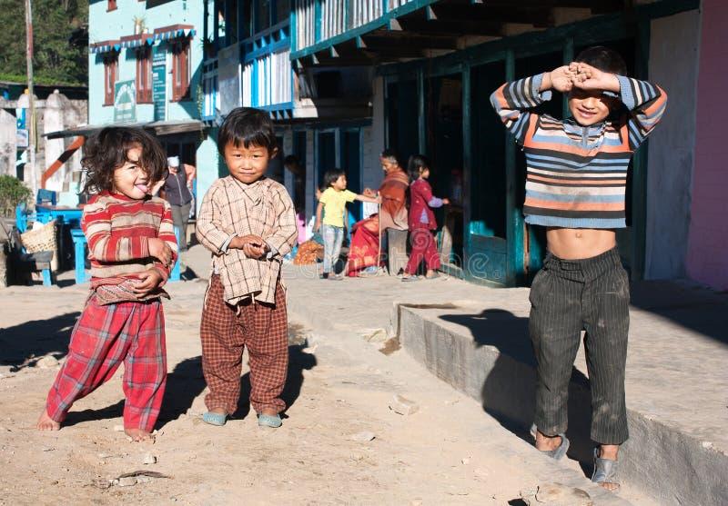 Kinder in Shivalaya-Dorf nahe Jiri Bazar stockfotos