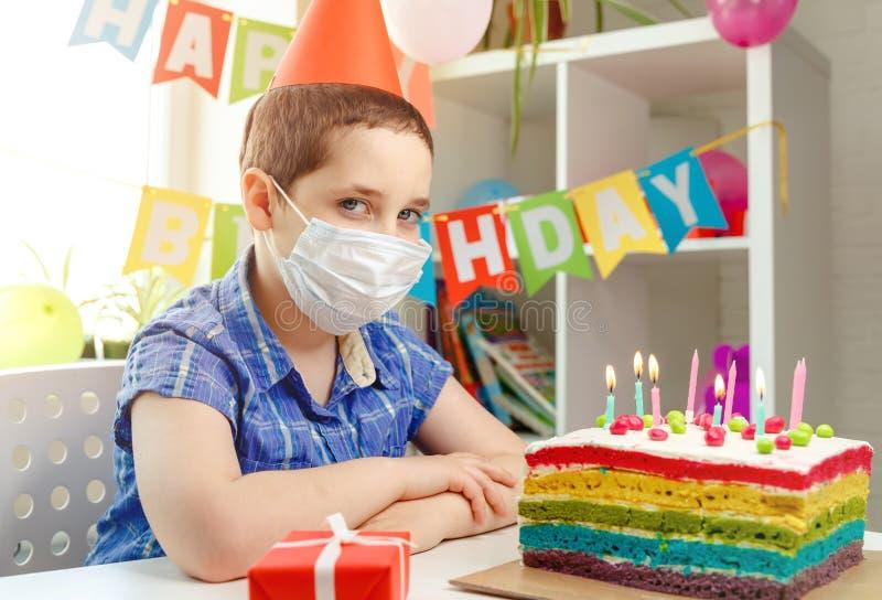 Kinder sitzen allein an ihrem Geburtstag Depression durch Mangel an Freunden lizenzfreie stockfotos