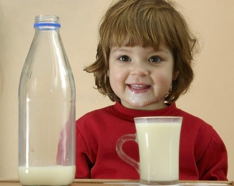 Kinder sollten Milch trinken stockfoto