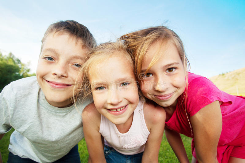 Kinder am Sommer lizenzfreie stockfotos