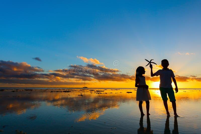 Kinder am Sonnenuntergang stockbilder