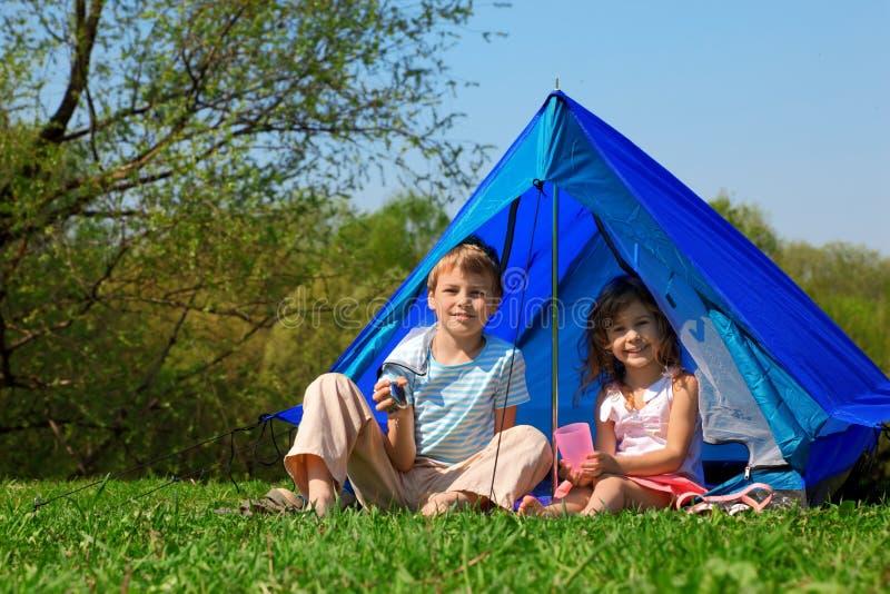 Kinder am sonnigen Tag des Zeltes stockfotos