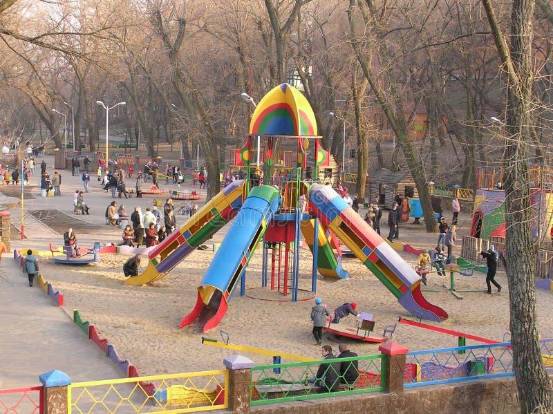 Kinder spielen den Boden des Kindes im Park stockbild
