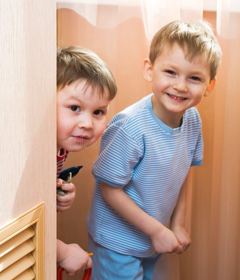 Kinder spielen freundlich stockfotos