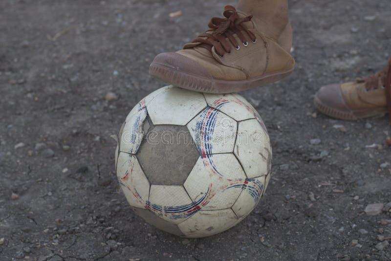 Kinder spielen Fußballfußball für Übung am Abend lizenzfreie stockbilder