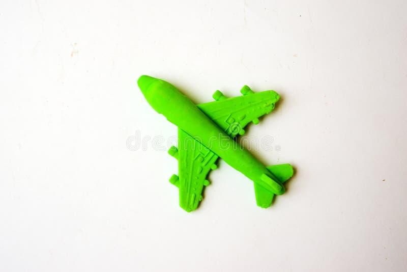 Kinder spielen - gr?nes Plastikflugzeug mit einem roten Propeller, ohne einen Piloten, lokalisiert auf einem wei?en Hintergrund lizenzfreie stockfotografie