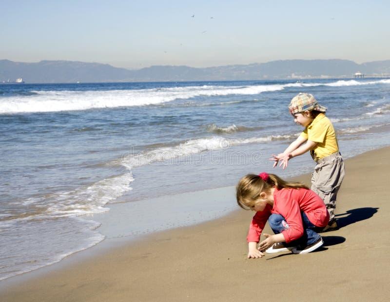 Kinder spielen mit Sand stockfoto